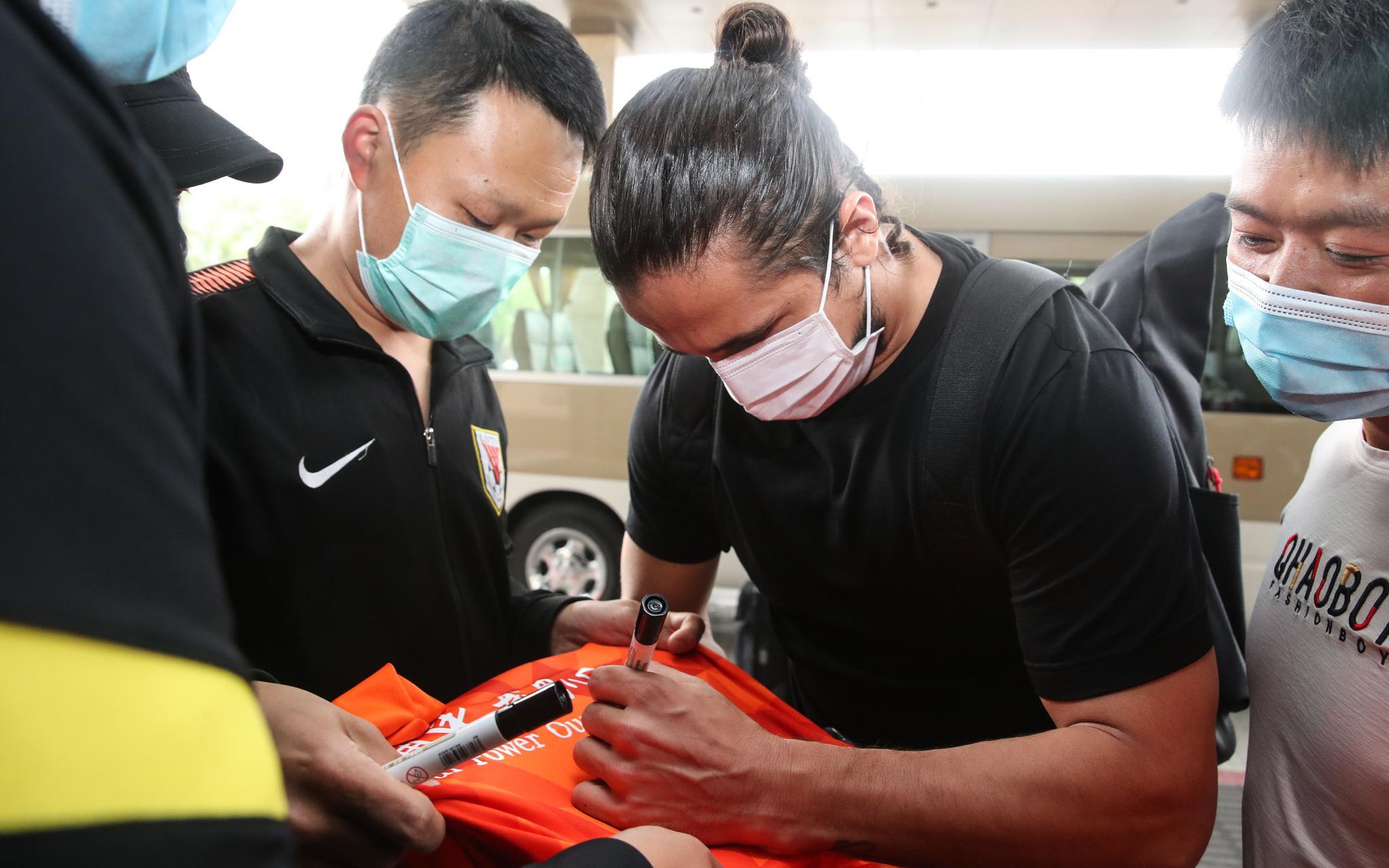 国足上海集训众将抵达,洛国富镜头前秀汉语图片