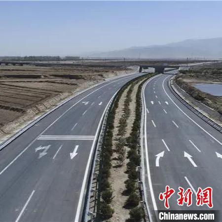 全线采用双向四车道标准,横跨大清河水系,沿五台山脉而建。山西省交通运输厅供图