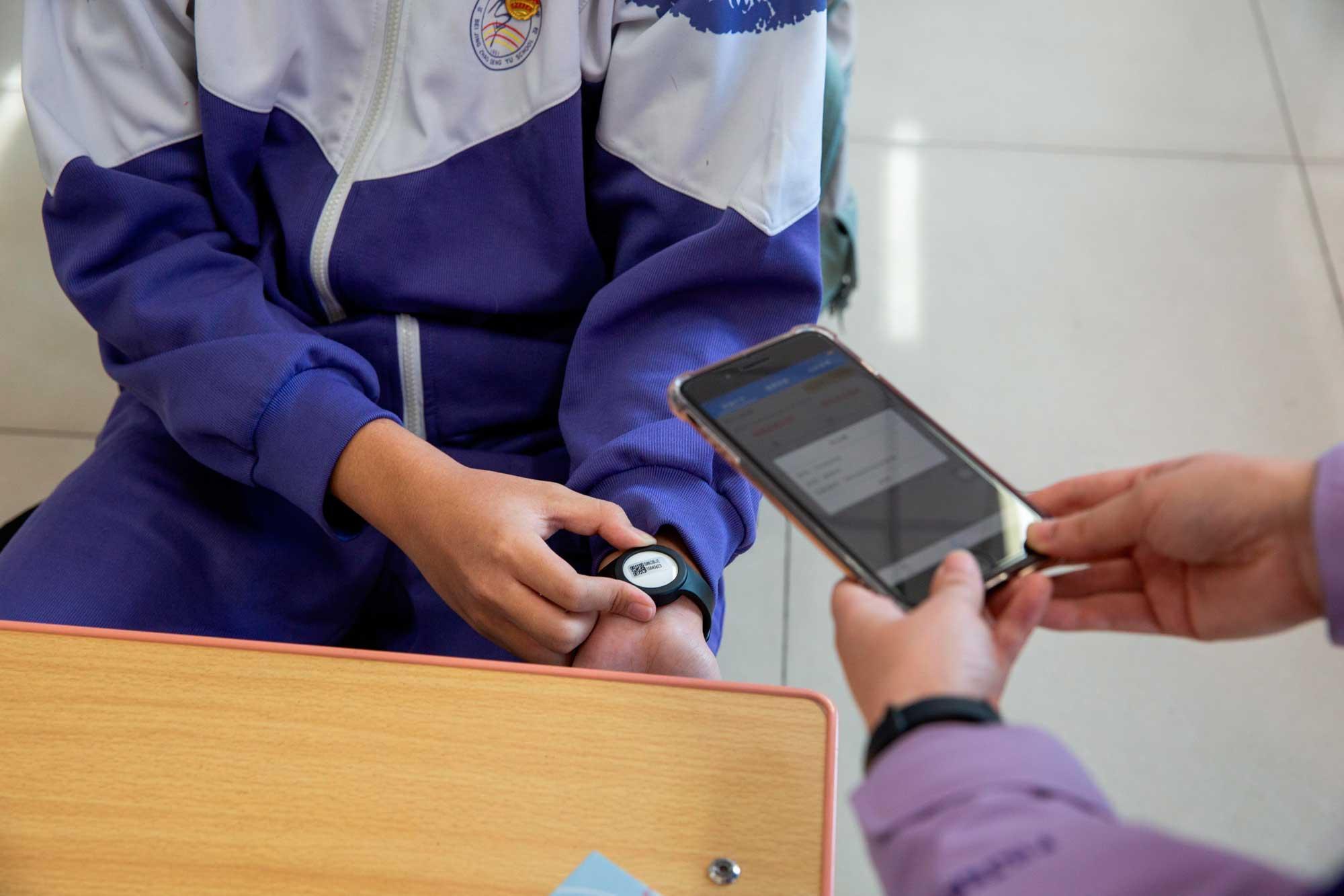 今起北京五个区初高三师生将佩戴智能体温计实时测温图片