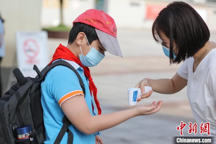 5月11日,江西省婺源县紫阳六小五六年级学生同一返校学习。詹东华 摄