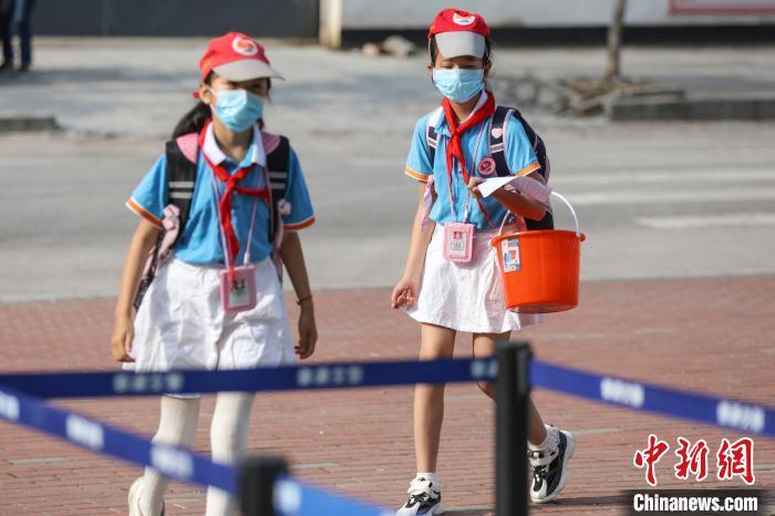 图为江西省婺源县紫阳六小五六年级学生返校学习。詹东华 摄