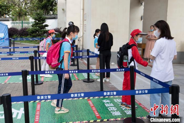 江西省婺源县紫阳六小五六年级学生同一返校学习。詹东华 摄