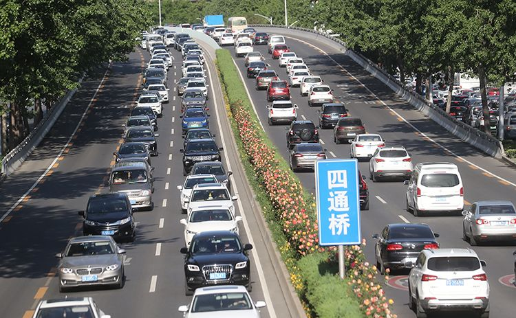 「摩天登录」堵北京周一早高摩天登录峰遇上初三复课图片