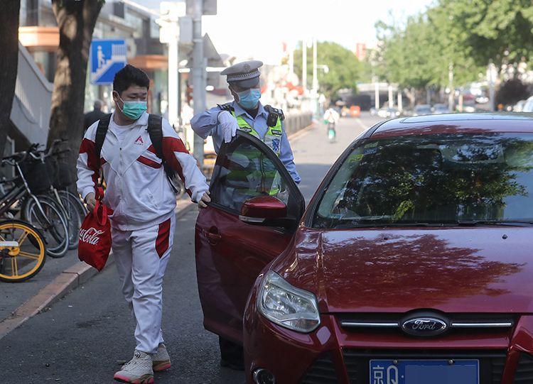 [摩天娱乐]返校复课交警帮摩天娱乐开车门保证图片