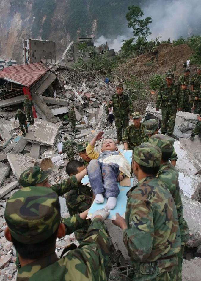▲2008年5月13日,四川北川,方才从废墟中被营救出来的3岁儿童郎铮,向解放军敬礼示意谢谢。这一次敬礼,以生命的名义。