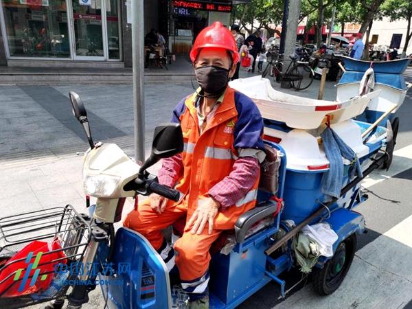 更安全!南京城管为环卫工人配发安全帽图片