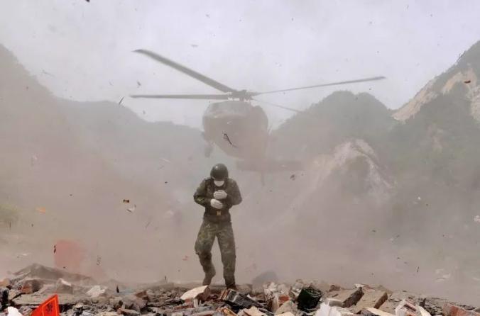 ▲2008年5月18日11时,直升机下降在绵竹市金花镇三江村暂时停机坪,最先营救被困村民,这里是灾区末了一个孤岛。