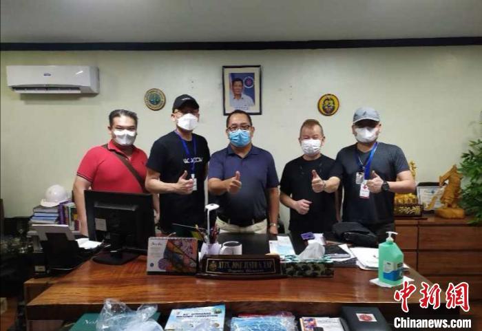 志愿者为移民局送防护用品。 受访者供图 摄