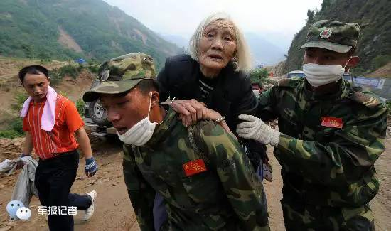 ▲兵士用4个小时将86岁老人背出山外。