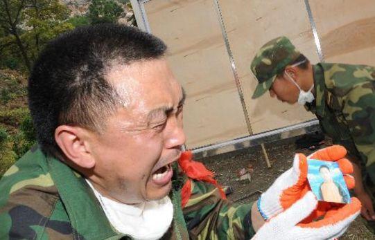 ▲2008年5月15日,在北川县城介入救济的解放军官兵发明儿童的照片,不由得痛哭。