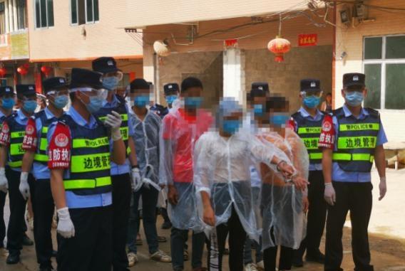边界不可越!严防境外输入 广西边境民警押解16名非法入境外国人指认现场
