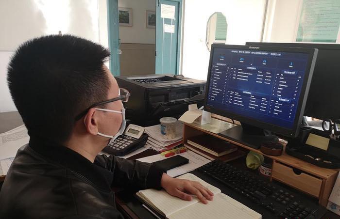 """某高校就业部分的先生正在检察""""云""""雇用会的数据。 图片泉源 中新网"""