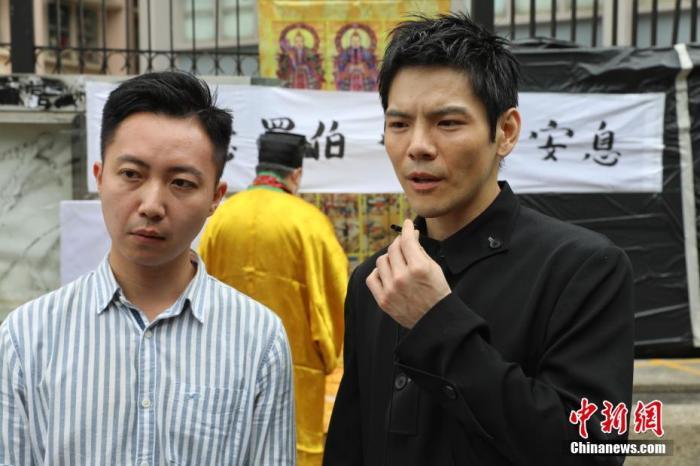 5月13日,香港上水干净工罗伯遭坏人掷砖身亡半周年,过百香港市民自觉到上水北区大礼堂悼念。中新社记者 谢磊 摄