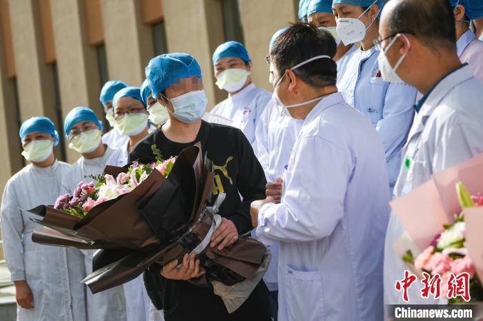 林先生向医护人员表示感谢。 武俊杰 摄