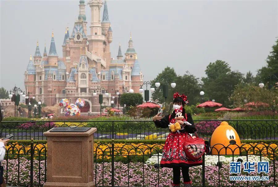 ▲5月11日,旅客在上海迪士尼乐土里自拍。当日,上海迪士尼乐土从新开放。园区接纳限流及预约等步伐保障旅客和演职职员康健平安。(新华社记者 任珑 摄)