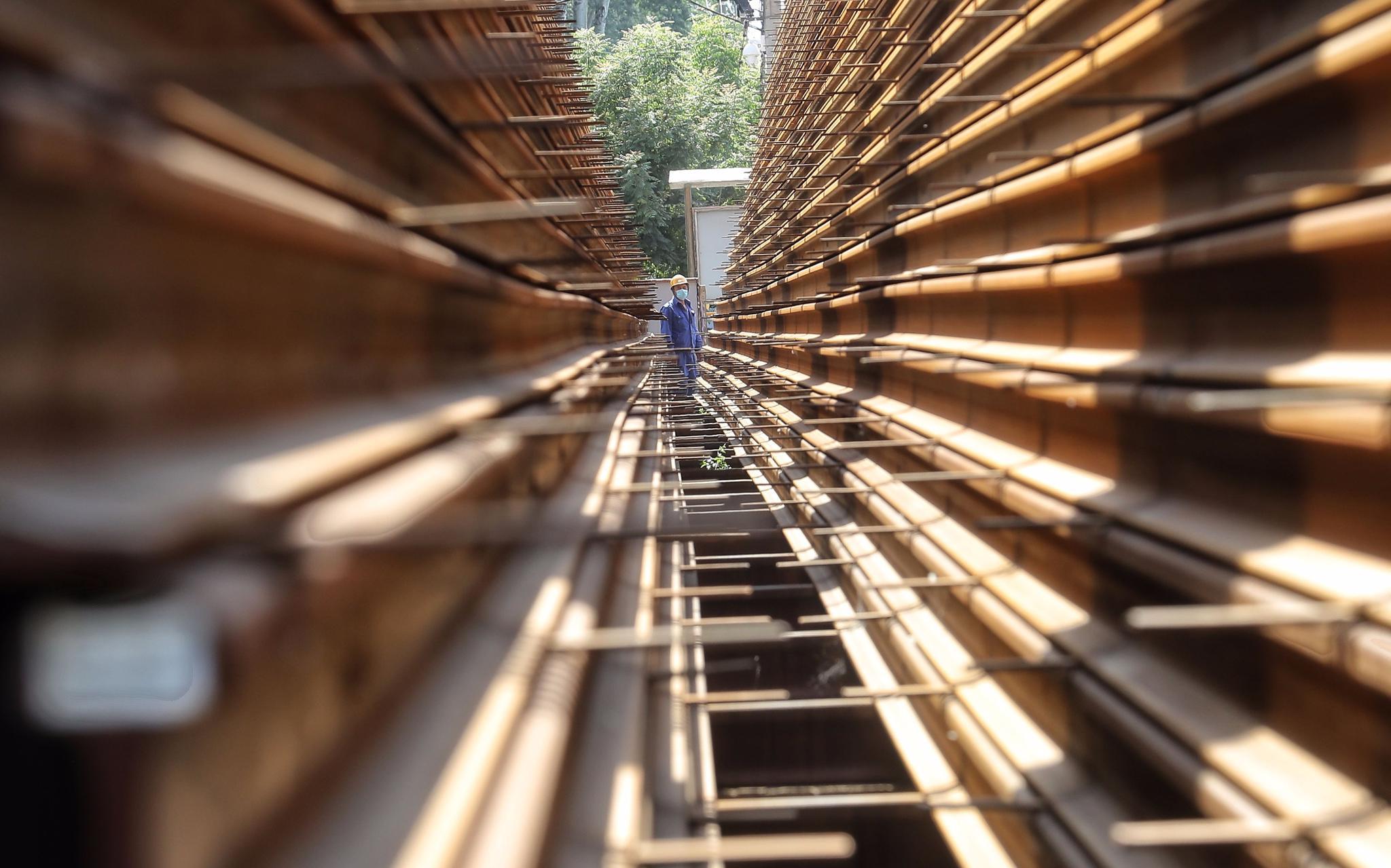 钢轨摆放成金字塔形。摄影/新京报记者 王贵彬
