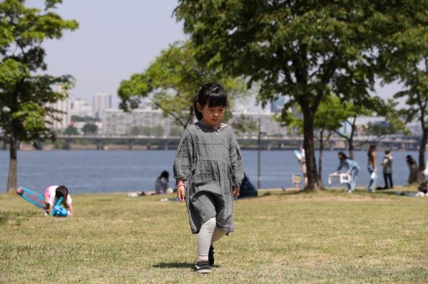 在韩国首尔汝矣岛汉江公园玩耍的孩子。