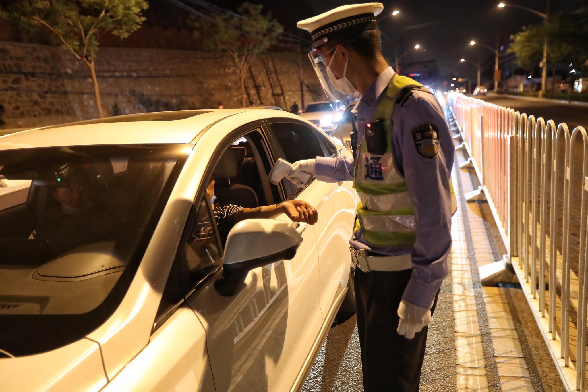 北京交警已恢复酒驾夜查 测酒前先测温图片