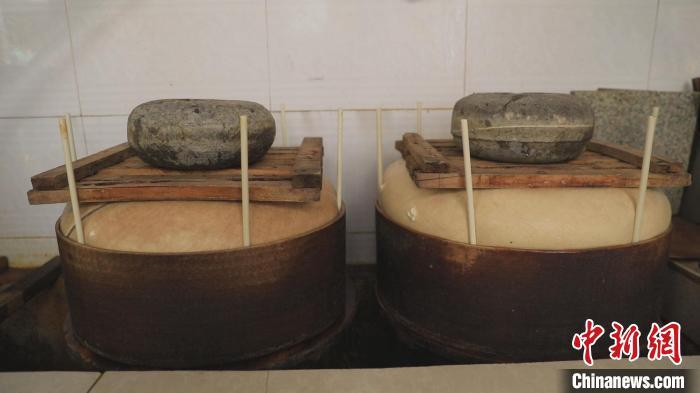 杨庆伟说,每户村民会根据各自情况,选择磨豆腐的日子,目前气温逐渐升高,村里每天有40户左右村民磨豆腐。 张月 摄