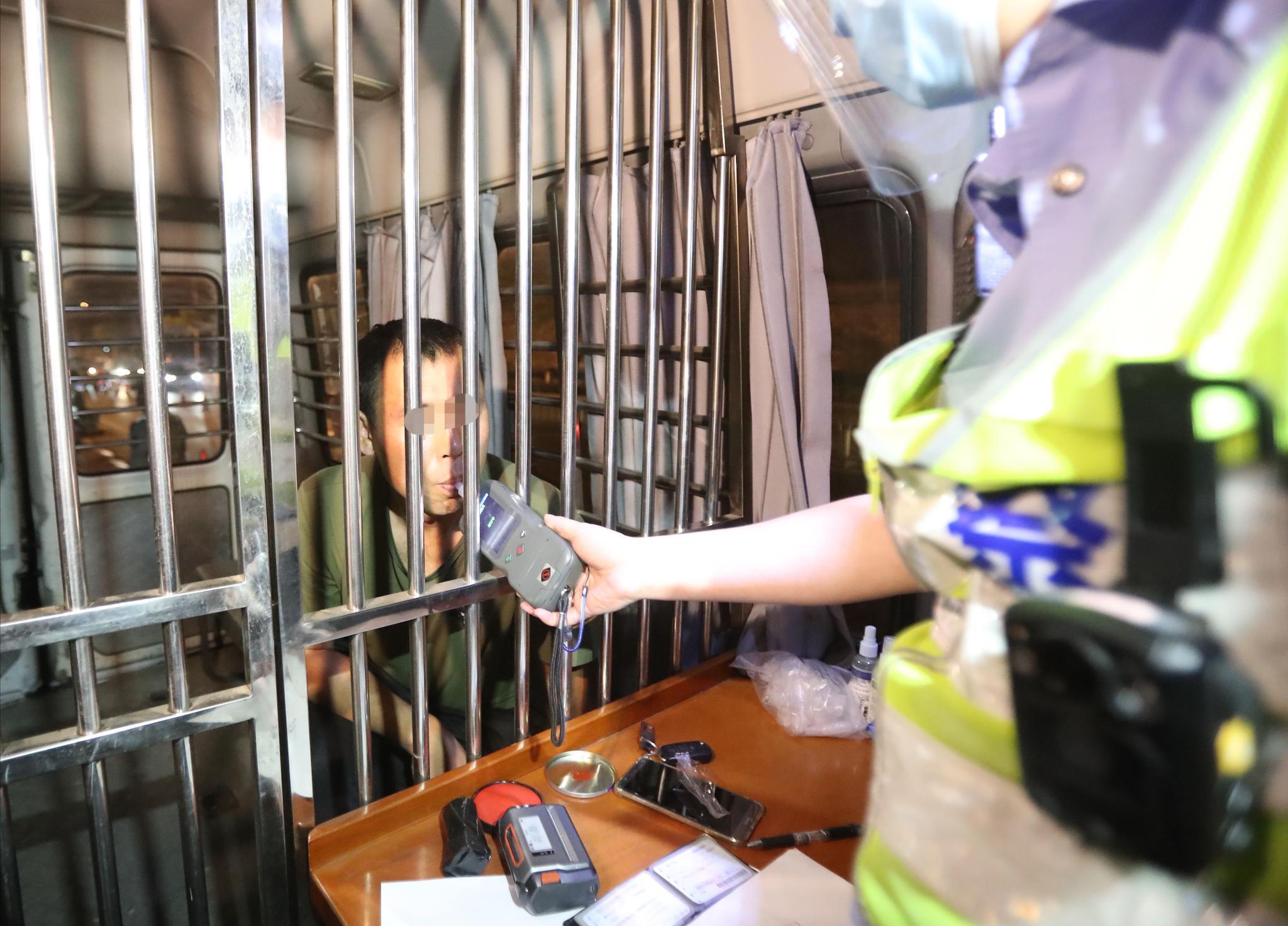 夜查中,一名涉嫌酒驾的夫君被带上警车担当进一步查抄。摄 新京报记者 王贵彬