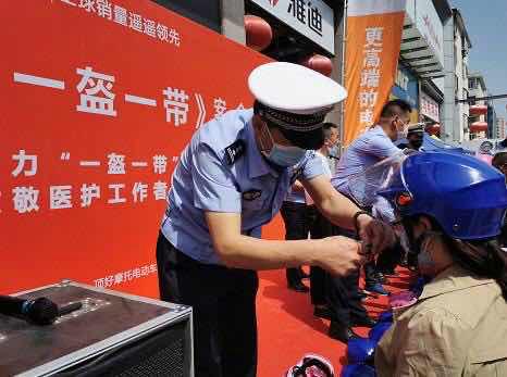 """太原交警宣讲""""一盔一带"""" 为湖北医疗人员赠头盔"""