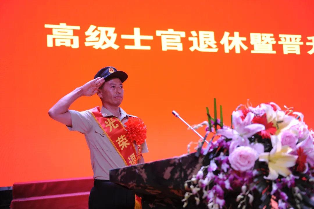 """一级军士长、""""导弹兵王""""王忠心退休:入伍已34年图片"""