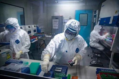 2月13日,广东广州,工作人员正操作进行核酸检测。(受访单位提供)
