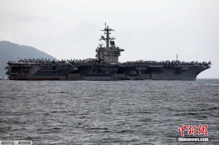 """资料图:当地时间3月5日,美国海军""""罗斯福""""号进入越南岘港。"""