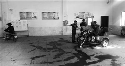"""南京3800辆燃油自行车""""过河难"""""""
