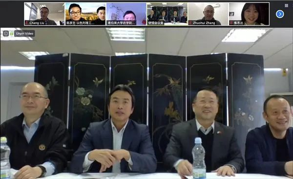 △杜伟(左二)与在以中国学生学者代表交流