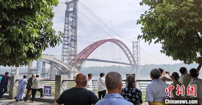 当地民众对大桥充满期待,纷纷前来围观。 刘忠俊 摄