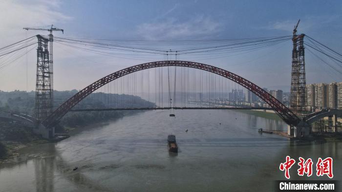 图为大桥吊装现场。 刘忠俊 摄