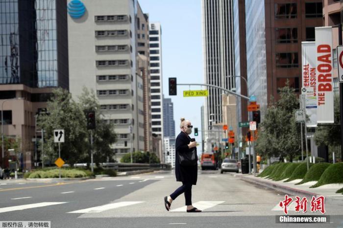 资料图:当地时间5月13日,美国洛杉矶市长加希提宣布,为了保障安全,人们只要出门就必须戴口罩。图为洛杉矶街头戴着口罩的市民。