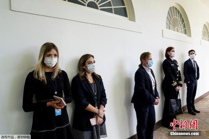 当地时间5月11日,美国白宫举行了关于新冠肺炎的新闻发布会,白宫新闻秘书和其他白宫工作人员、记者以及美国军方成员均佩戴口罩出现在白宫玫瑰花园参加发布会。