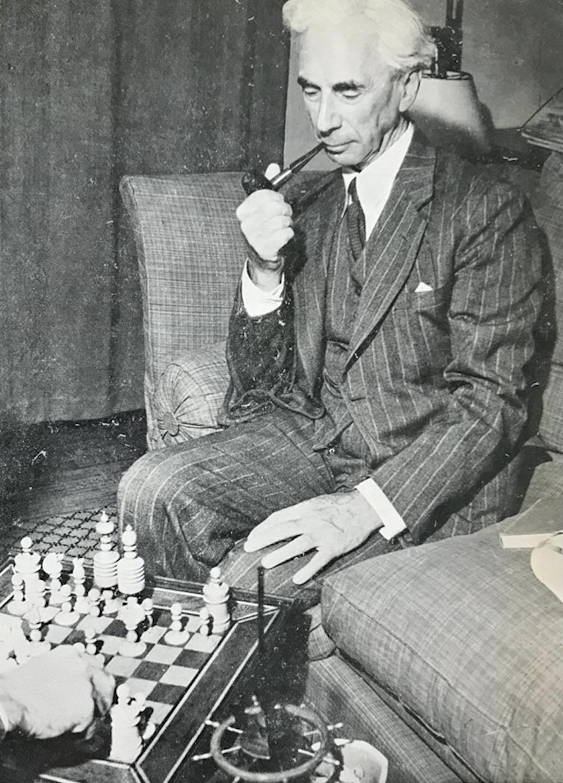 罗素在下国际象棋。