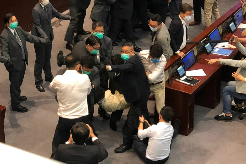 香港立法会内务委员会主席推举产生冲突,多名反对派立法集会员被逐出会场。
