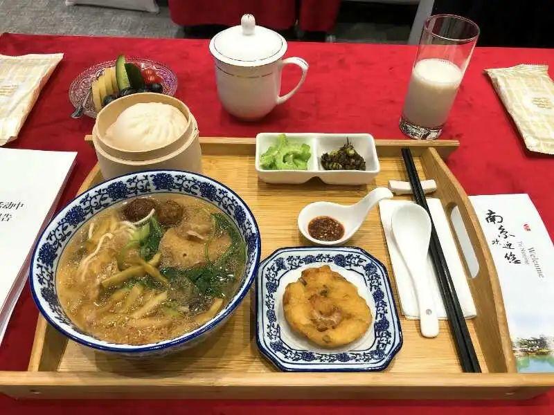 早餐有皮肚面等南京特色小吃。南京官方供图