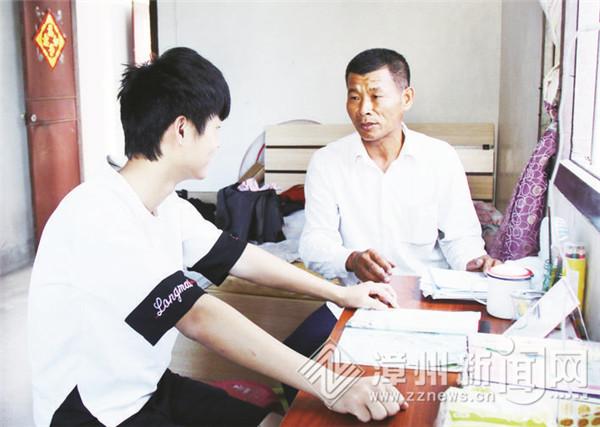 东山县道德模范郑华生:爱心呵护单亲家庭的姐弟俩