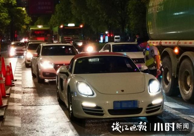 昨晚杭州冲卡的白色保时捷已被警方吊走,司机涉嫌妨碍警察执行公务