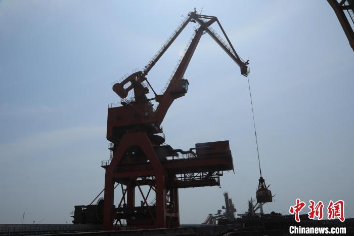 2019年6月5日,首艘进口大豆船靠泊,载5万余吨巴西进口大豆。图为带斗门机从货船上卸粮食作业。 沈殿成 摄