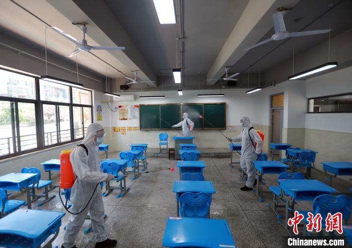 武汉初三学子复课在即 消防部门深入校园全面消杀图片
