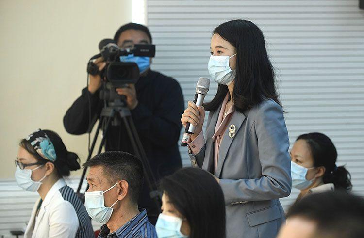 新闻公布会上记者提问。