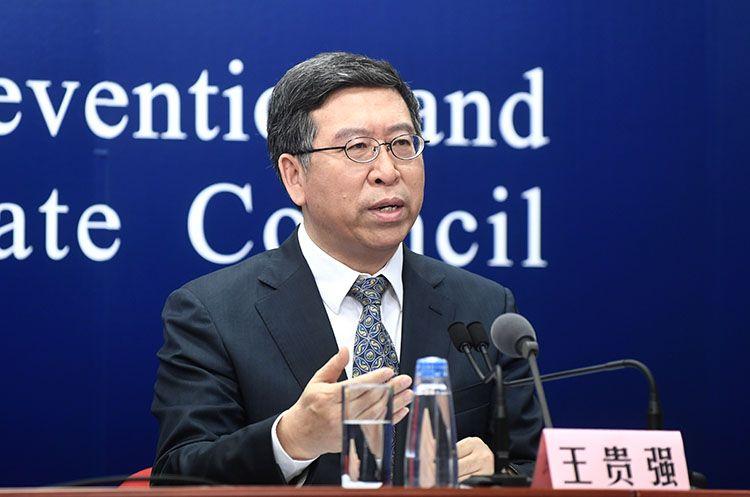 北京大学***医院熏染疾病科主任王贵强回覆记者提问。