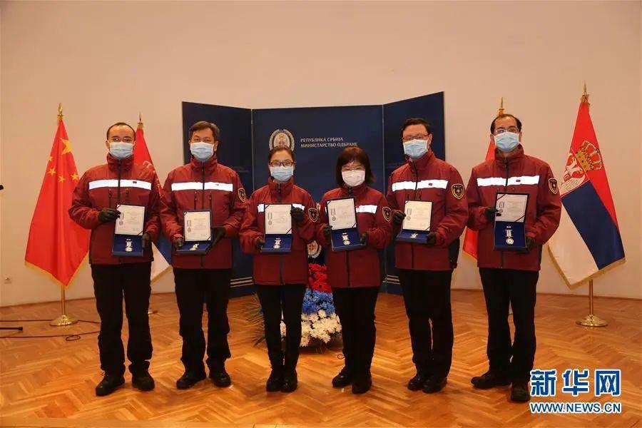 4月30日,在塞尔维亚贝尔格莱德,中国赴塞抗疫医疗专家组成员手持勋章合影。图片来源:新华网