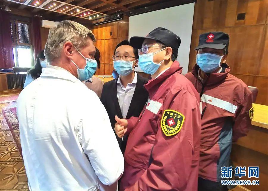 4月9日,在塞尔维亚首都贝尔格莱德,林炳亮(右二)和塞尔维亚当地医院院长交流。图片来源:新华网