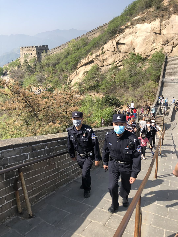 民警在长城上视察。 警方供图