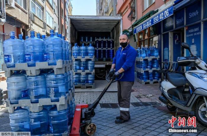 疫情之下,各行各业中还有很多人为了保障人民的日常生活,在自己的工作岗位上坚持着。图为土耳其送水站的工作人员。