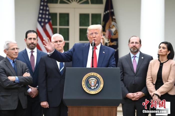 """当地时间3月13日,美国总统特朗普在白宫宣布""""国家紧急状态"""",应对新冠肺炎疫情。 图左一为安东尼·福西。中新社记者 陈孟统 摄"""