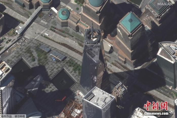 当地时间4月28日,疫情期间,美国纽约城市的街区空空荡荡。图为世贸中心一号楼前的空旷街道。