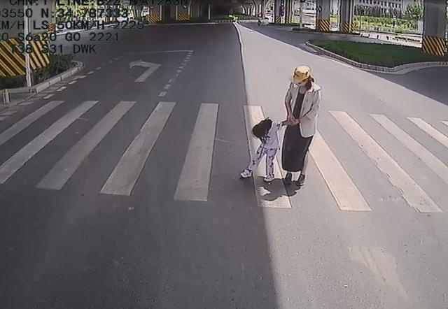祖孙三代马路中间被困获帮助,4岁女童学妈妈鞠躬致谢